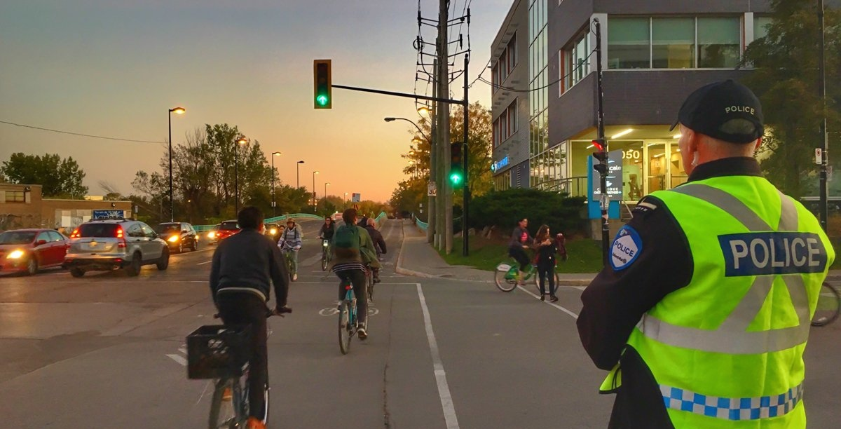 Montreal police start issuing fines to cyclists without lights