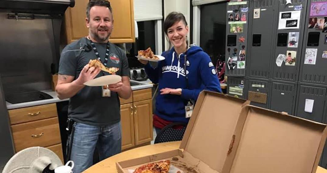 Canadian air traffic controllers buy pizza for US coworkers not getting paid right now