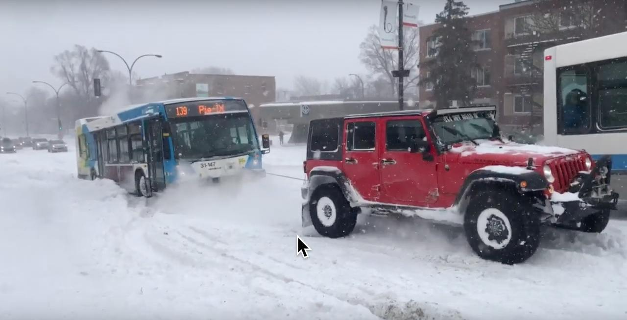 SUVs team up to save STM bus stuck in snowy Montreal (VIDEO)