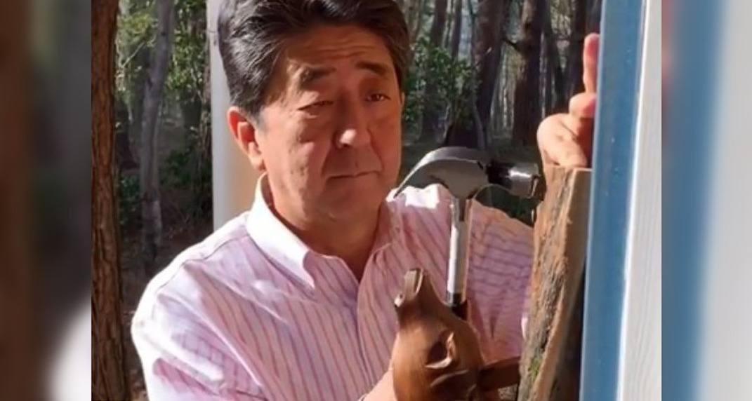 Japanese Prime Minister installs wooden beaver door-knocker from Canada (VIDEO)