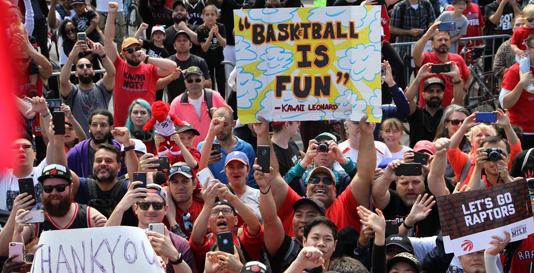 Toronto Raptors fans sing O Canada at Nathan Phillips Square (VIDEO)
