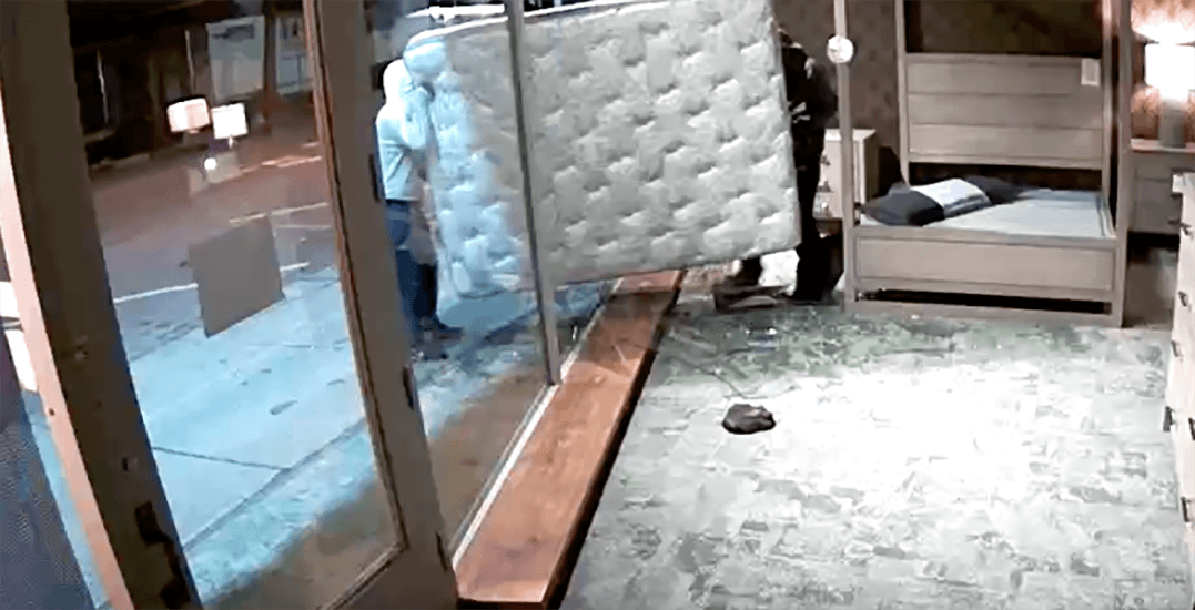 2 'low-life thugs' steal mattress in store smash-and-grab (VIDEO)