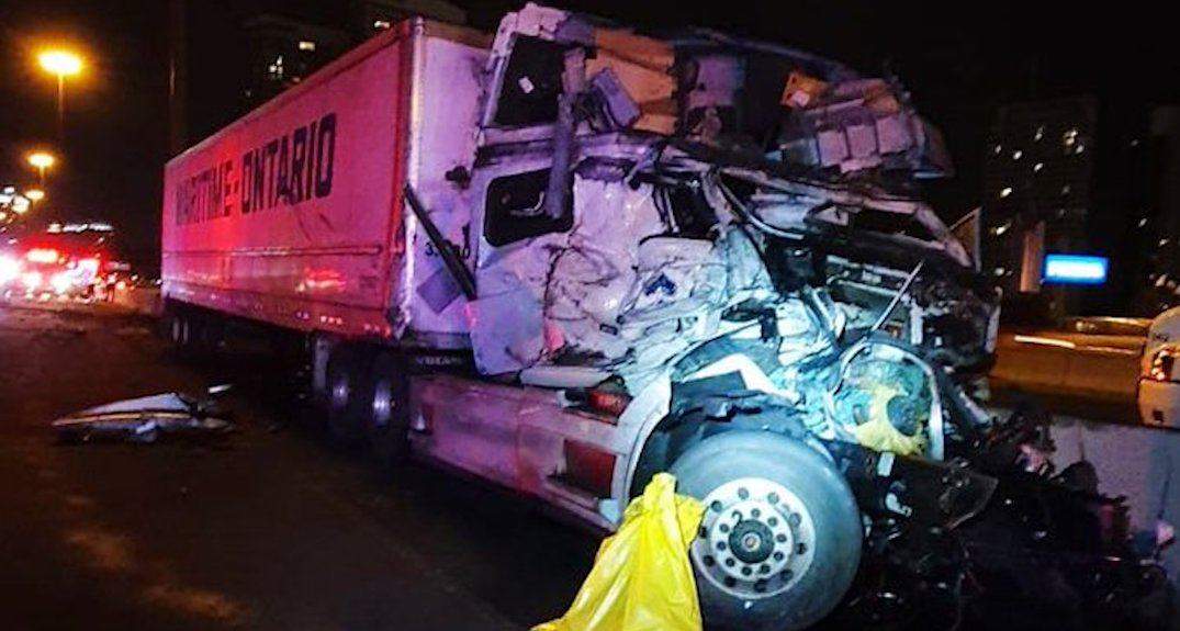 Stretch of Highway 401 closed following 3-vehicle collision involving transport truck