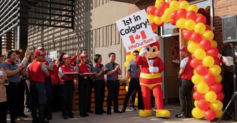 Jollibee Calgary's opening day draws HUGE lines (PHOTOS)