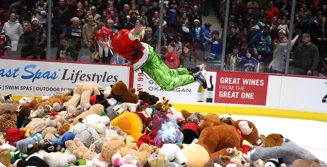 Vancouver Giants fans hurl thousands of teddy bears at the ice (VIDEOS)