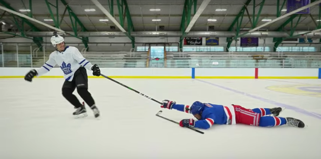 Justin Bieber hilariously attempts to teach Jimmy Fallon to play hockey (VIDEO)