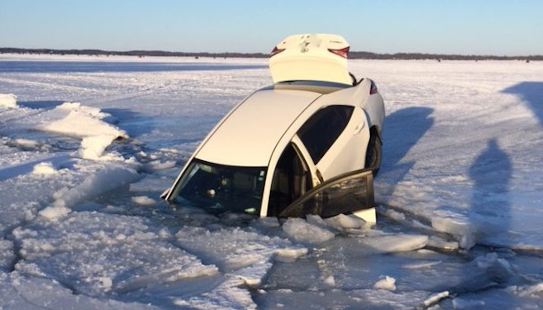 2 Toronto residents unhurt after their car went through ice on Lake Simcoe (PHOTOS)