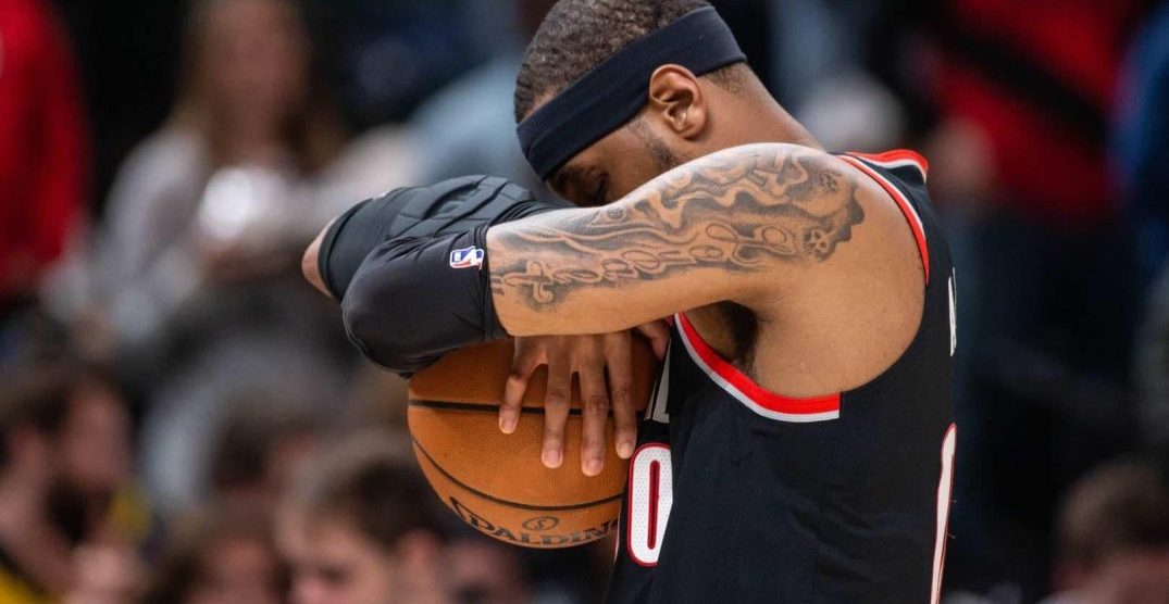 Trail Blazers fan has best reaction to Carmelo Anthony signing his jersey