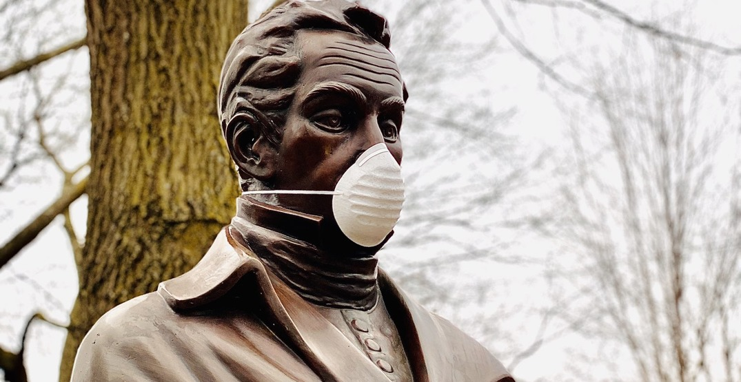 People around the world are putting face masks on statues (PHOTOS)
