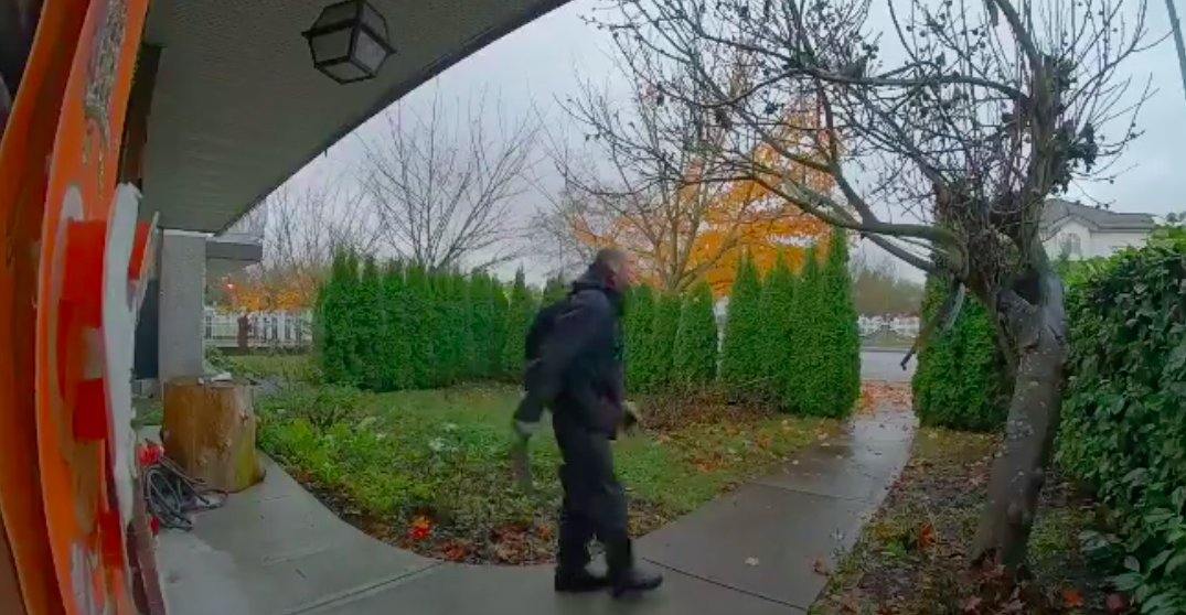 Man with machete seen wandering around yard of Vancouver home (VIDEO)