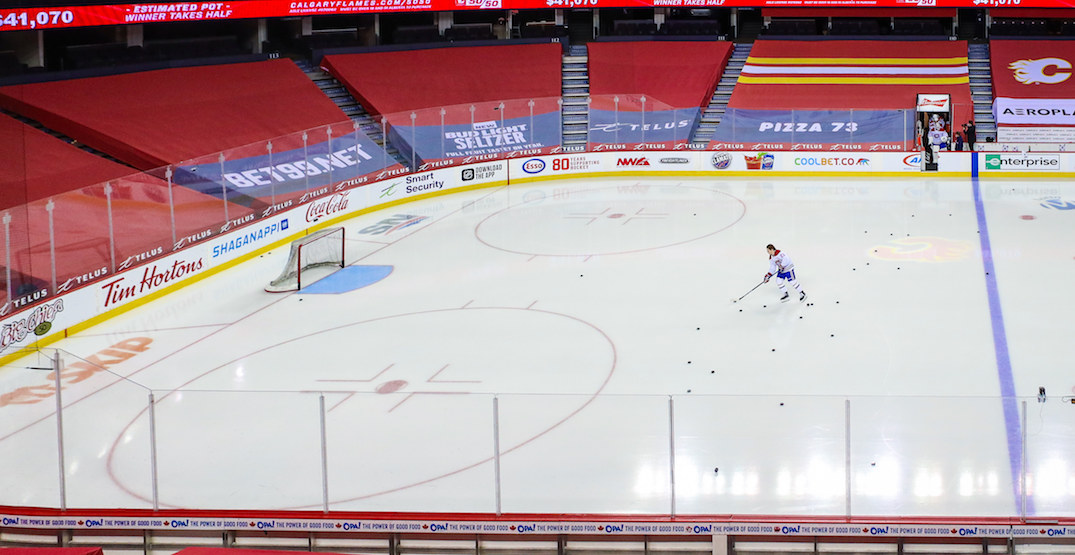 Caufield pranked by Canadiens teammates who steal his helmet before first NHL game