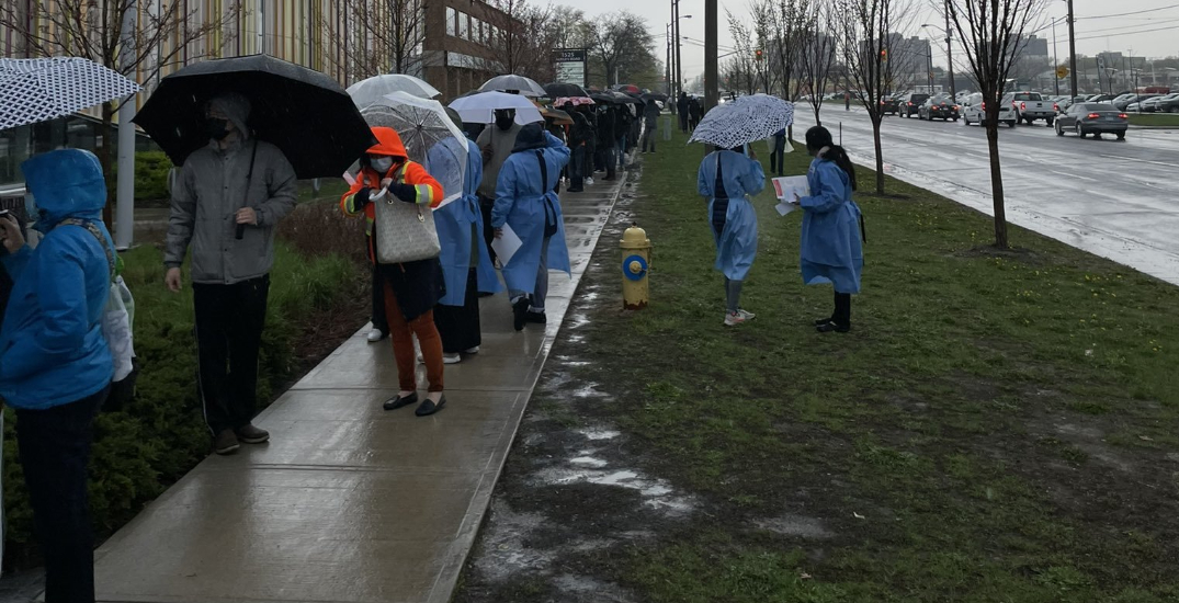 Hundreds brave the rain at Toronto COVID-19 vaccine clinic (VIDEO)