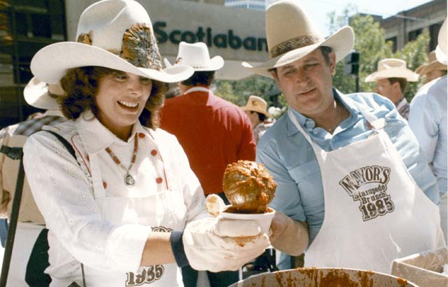 JULY 10, 1985 MAYOR RALPH KLEIN WITH WIFE COLLEEN LADLE UP CHILI DURING THE ANNUAL MAYOR'S STAMPEDE BRUNCH ON THE DOWNTOWN STEPHEN AVENUE MALL. KIM STALLKNECHT, CALGARY HERALD.  CALGARY HERALD FILE PHOTO *CALGARY HERALD MERLIN ARCHIVE*