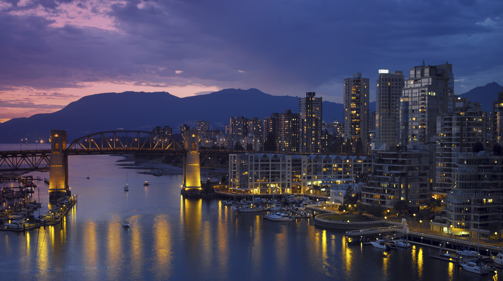 Vancouver Burrard Bridge English Bay False Creek / Shutterstock