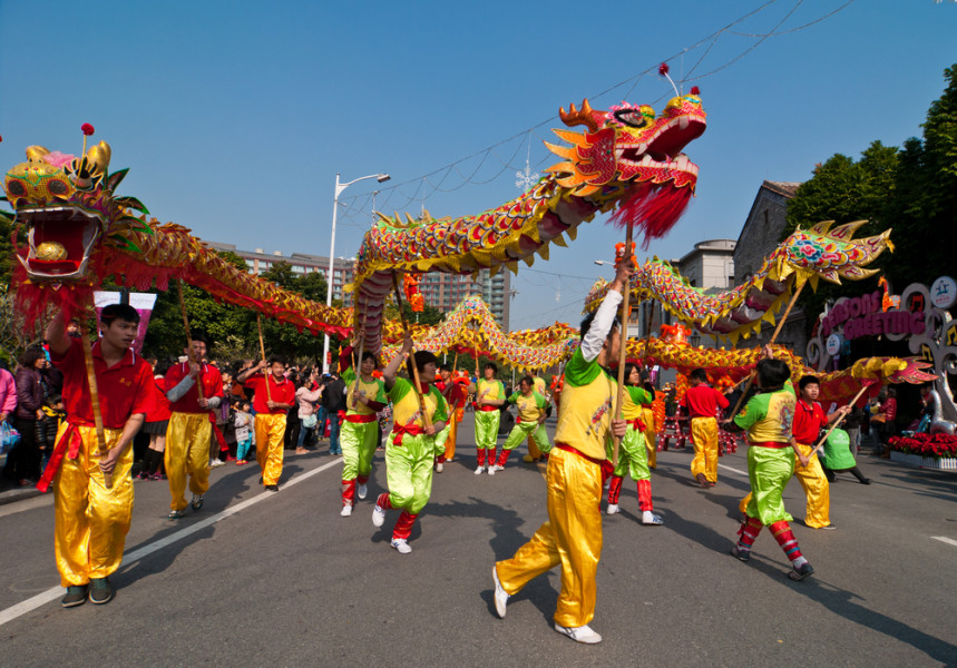 Chinese New Year dragon dance / Shutterstock