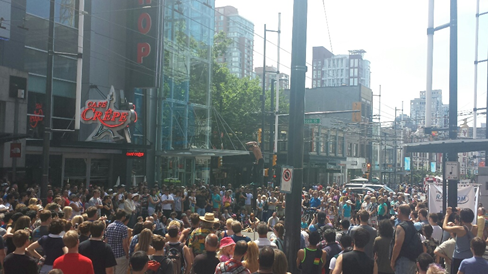 Photo: Large Busker Fest Crowd, watches Pogo Fred on his 10-foot pogo-stick, Credit: VIBF 2013