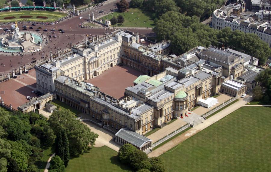 Buckingham Palace London Queen Elizabeth / Shutterstock