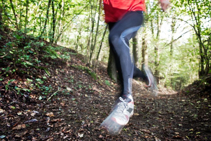 Man trail running hiking shoes / Shutterstock