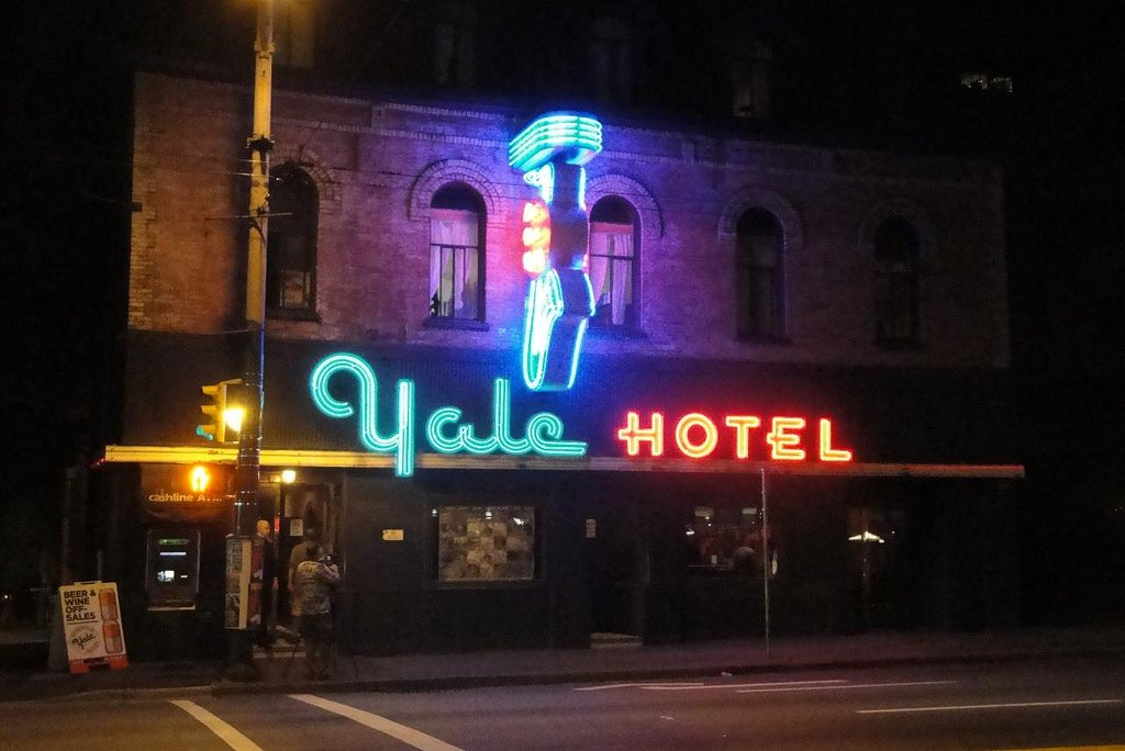 yale-hotel-neon-sign