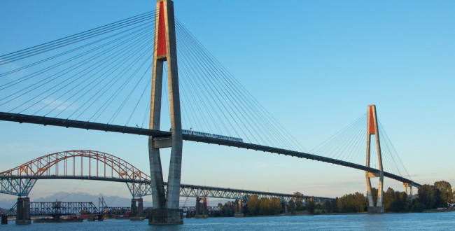 SkyBridge Pattullo Bridge Fraser River Surrey / Shutterstock