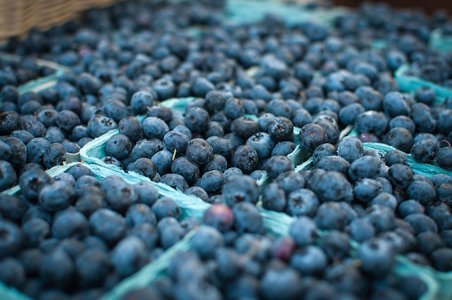 Blueberries in season at the Vancouver Farmers' Market (Michelle Lee/Flickr)