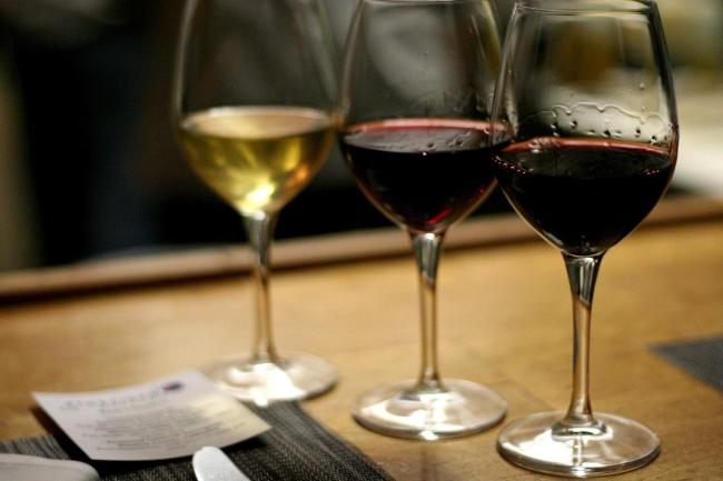 Wine flight (Jing/Flickr)