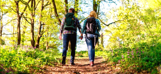 Image: Couple hiking / Shutterstock