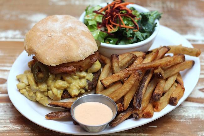 Mac'N'Cheez Burger (Lindsay William-Ross/Vancity Buzz)