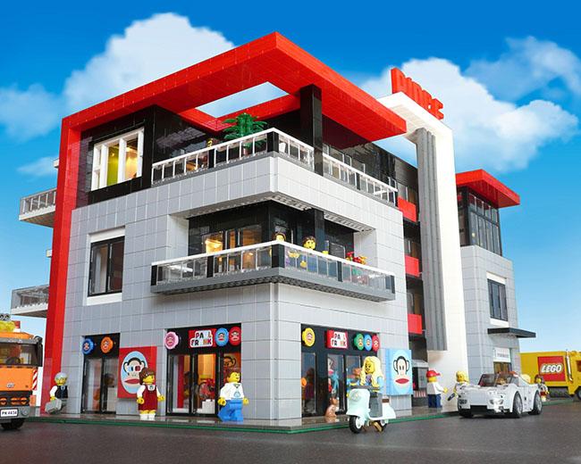 LEGO Building built by Paul Hetherington (BrickCan)