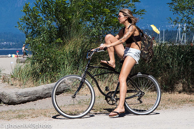 Woman in shorts and flip flops (Norm Lee/Flickr)