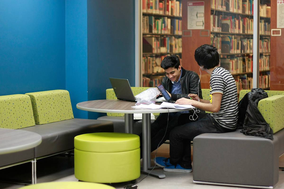 Students in the Bennett Library at SFU (SFU)