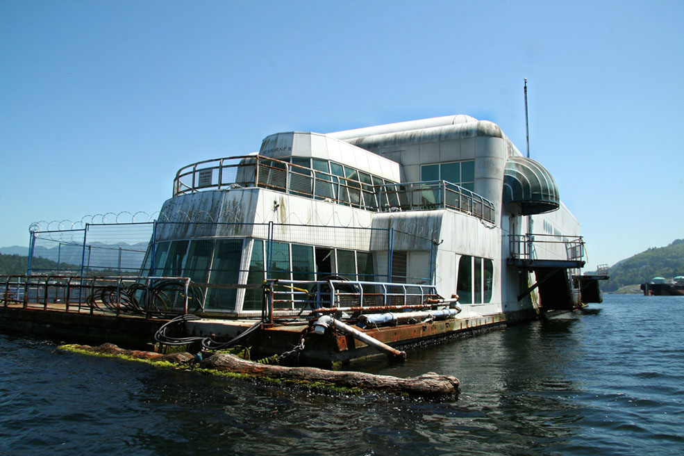 The old Friendship 500 McDonalds abandoned in Burrard Inlet (Taz/Flickr)