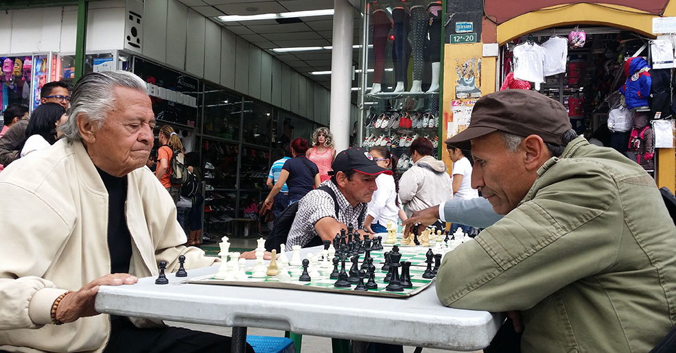 Playing chess in La Candelaria old city in Bogotá (Guillermo Serrano)